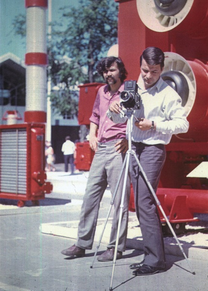 File:Alexander Grigoriev and Lev Nussberg shooting the exhibition in Sokolniki Park Moscow 1971.jpg