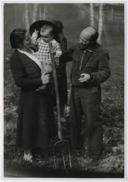 File:Photograph of El Lissitzky his wife Sophie Lissitzky-Kueppers and their child.jpg